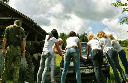 Merginos stumia automobilį