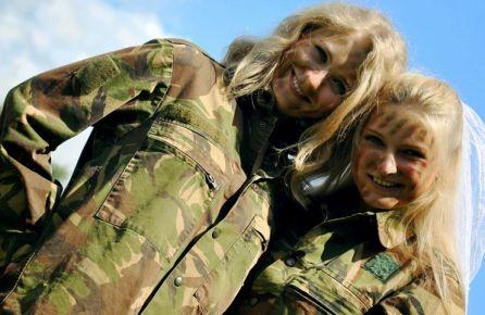 Taip atrodo merginos armijoje