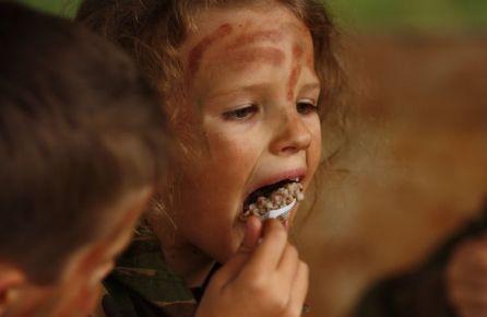 Vaikai ragauja kareivišką košę